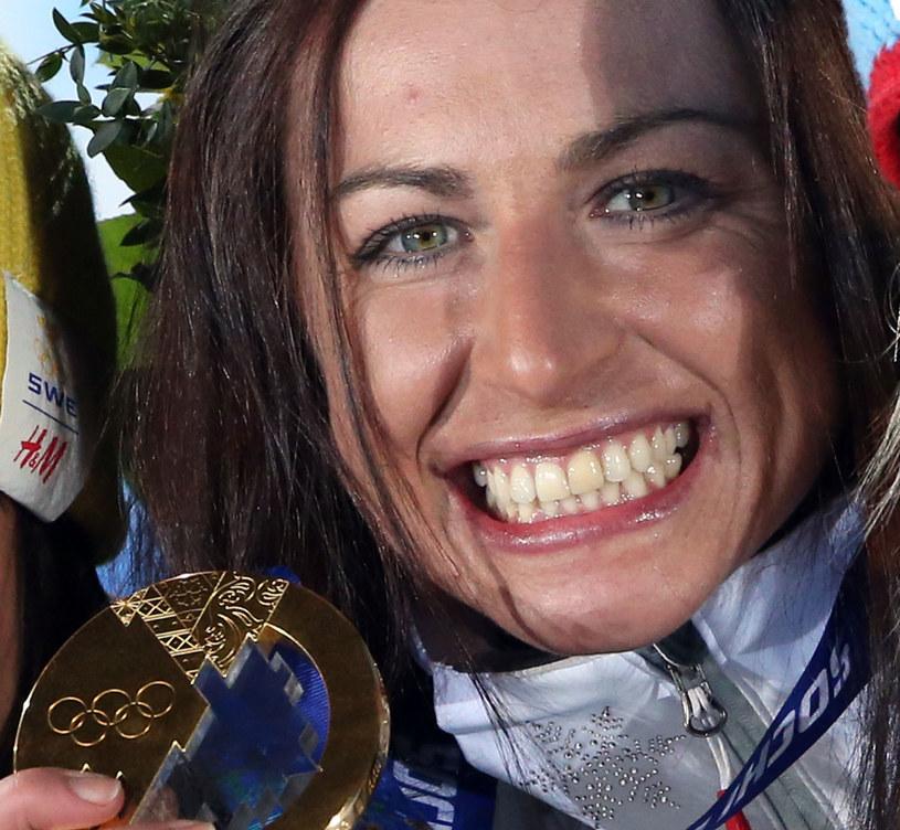 Justyna Kowalczyk ze złotym medalem poprzednich igrzysk w Soczi /AFP