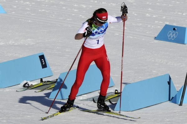Justyna Kowalczyk zmienia narty podczas biegu łączonego /AFP
