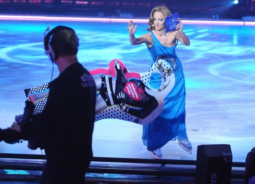 """Justyna Steczkowska jako prowadząca program w """"Gwiazdy tańczą na lodzie"""" /East News"""