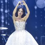 """Justyna Steczkowska w sukni ślubnej (?) na koncercie """"Artyści przeciw nienawiści"""""""