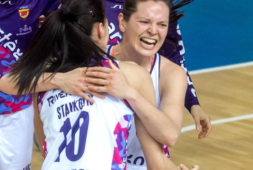Justyna Żurowska-Cegielska (z prawej) i Dragana Stanković cieszą się z awansu Artego do półfinału / Tytus Żmijewski    /PAP