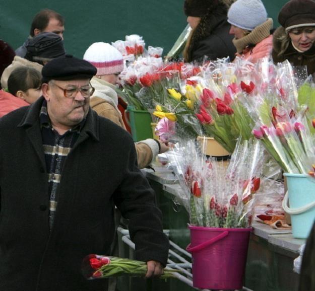 Jutro wszystkie kobiety dostaną kwiaty /AFP