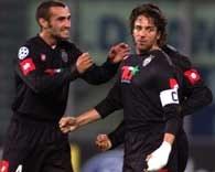 Juventus - Porto 3:1. Paolo Montero gratuluje Alessandro Del Piero pięknej bramki z rzutu wolnego