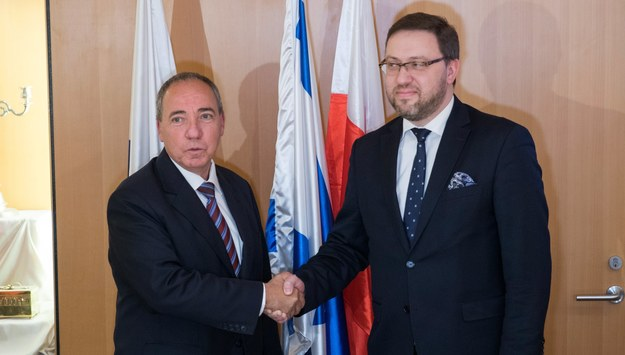 Juwal Rotem i Bartosz Cichocki /ATEF SAFADI  /PAP/EPA