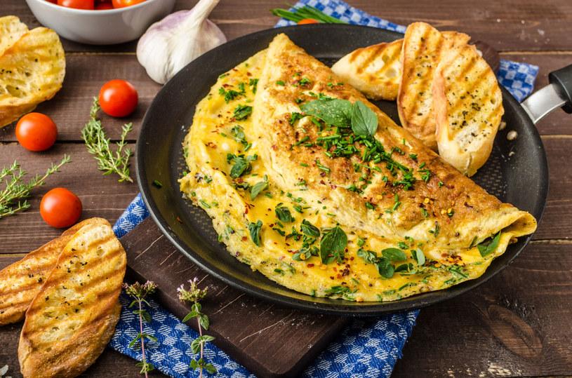 Już jeden omlet z dwóch jaj z dodatkami może być sycącym posiłkiem /123RF/PICSEL