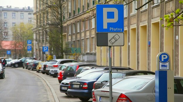 Już minuta spóźnienia z zakupem biletu parkingowego może kosztować nawet 50 zł. /Motor