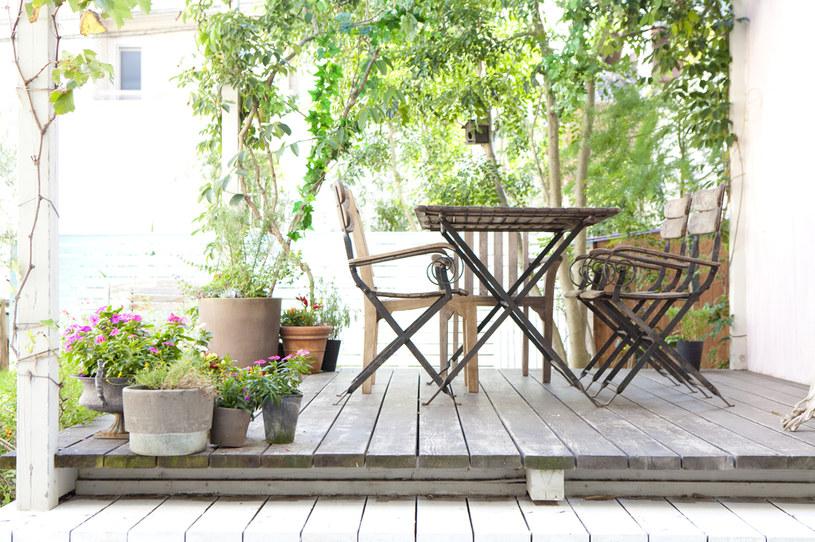 Już na etapie projektu domu warto pomyśleć o zadaszonym tarasie. To idealne rozwiązanie dla mebli i dekoracji /123RF/PICSEL
