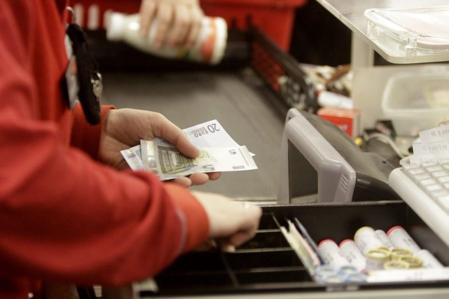 Już od 1 października 2013 roku ceny towarów na sklepowych półkach podawano zarówno w łatach, jak i w euro. Tak będzie do 30 czerwca 2014 roku /VALDA KALNINA /PAP/EPA