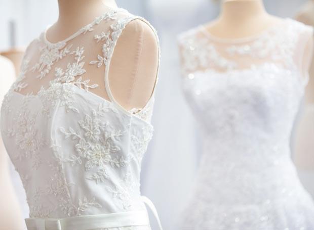 Już od jakiegoś czasu w modzie ślubnej królują koronki - zarówno te bardzo eleganckie, jak i te w klimacie boho /Picsel /123RF/PICSEL