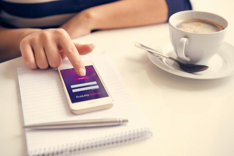 Już ponad 12 mln Polaków korzysta z bankowych aplikacji mobilnych. /123RF/PICSEL