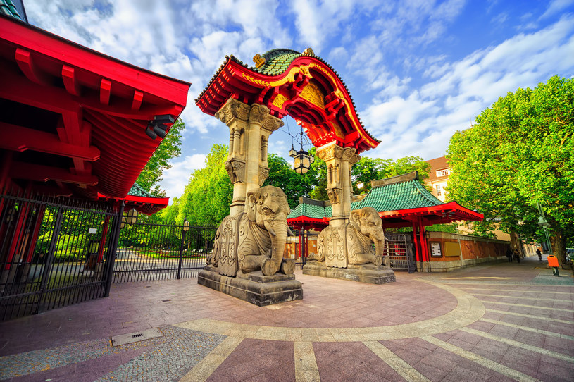 Już sama brama wejściowa do Berlińskiego ogrodu zoologicznego prezentuje się spektakularnie /123RF/PICSEL