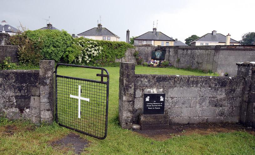 Już w 2014 r. śledczy znaleźli w Tuam masowy grób z dziecięcymi szczątkami /PAUL FAITH    /AFP