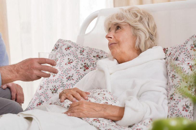 Już wiadomo, dlaczego grypa tak bardzo szkodzi starszym osobom /123RF/PICSEL