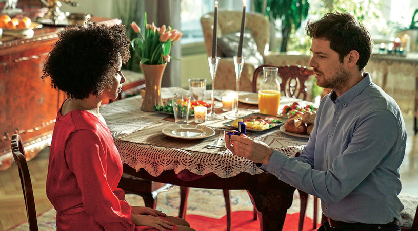 Już za ciebie wyszłam, nie pamiętasz? – zażartuje Lina, gdy Szczepan poprosi ją, by zgodziła się po raz drugi go poślubić. /Świat Seriali