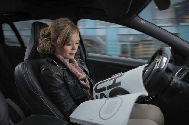 Już za kilka lat samochody mogą zacząć zupełnie wyręczać kierowców /