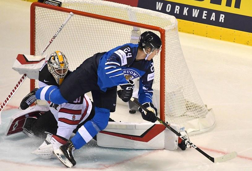 Kaapo Kakko strzela gola dla reprezentacji Finlandii w meczu z Kanadą /AFP