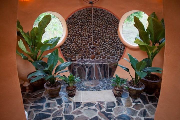 Kabina prysznicowa w stylu tropikalnej dżungli /Steve Areen /materiały prasowe