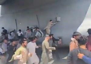Kabul: Chaos na lotnisku. Setki ludzi szukają możliwości ucieczki z Afganistanu