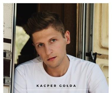 """Kacper Gołda próbuje zaszyć rozdrapane rany: Zobacz teledysk """"Zapach"""""""