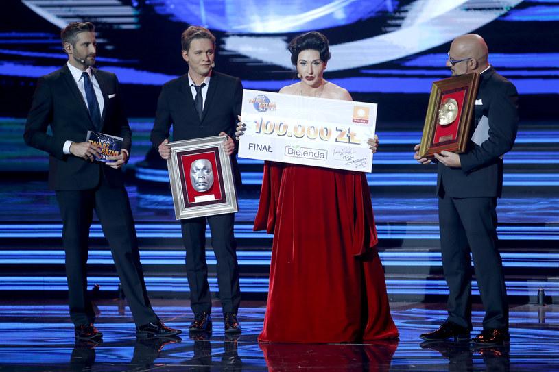 Kacper Kuszewski (Maria Callas)  z czekiem na 100 tys. złotych /AKPA