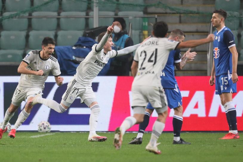 Kacper Skibicki (w środku) cieszy się z gola w meczu z Lechem Poznań /PAP