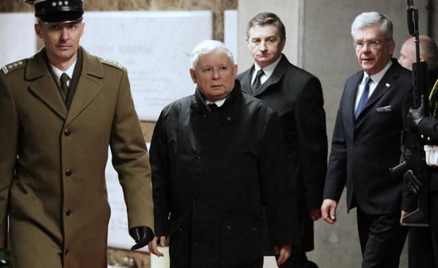 Kaczyński i Morawiecki złożyli wieńce na grobach ofiar katastrofy smoleńskiej