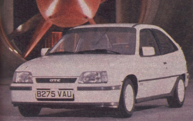 Kadett GSi/GTE z silnikiem 1,8 l ma szczelinowy wlot powietrza do chłodnicy. Spoilery o dużej powierzchni z przodu i z tyłu nadwozia. /Motor