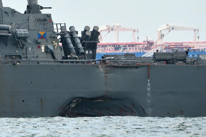 Kadłub USSJohn S. McCain uszkodzony po kolizji z inną jednostką /AFP