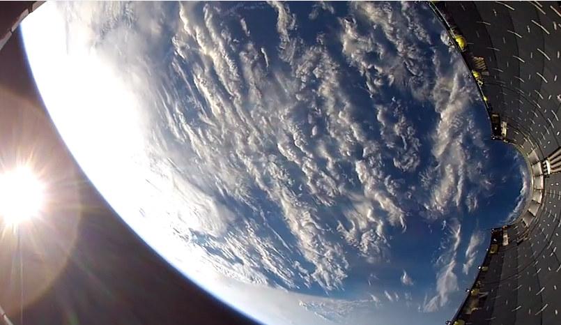 Kadr uchwycony przez kamerę umieszczoną w osłonie ładunku rakiety Falcon 9. /materiały prasowe