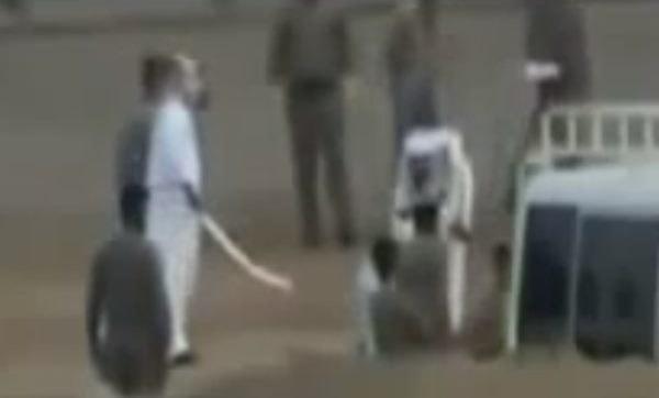 Kadr z amatorskiego filmu, który wyciekł do sieci. Saudyjski kat chwilę przed ścięciem młodej obywatelki Sri Lanki /