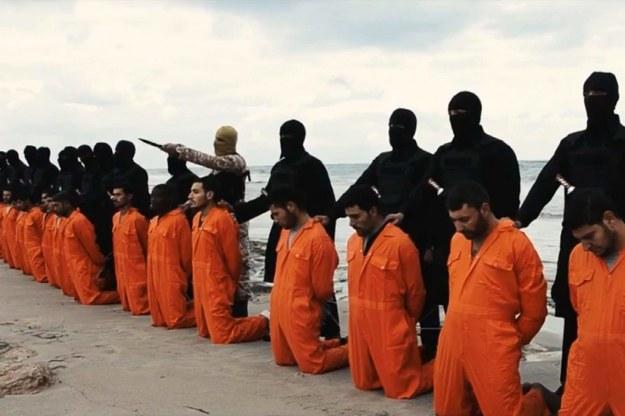 Kadr z egzekucji egipskich chrześcijan przez terrorystów z Państwa Islamskiego /PAP/News Pictures    /PAP/EPA