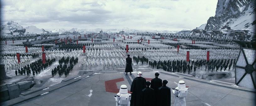 """Kadr z filmu """"Gwiezdne wojny: Przebudzenie Mocy"""" /materiały prasowe"""