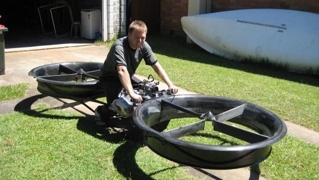 "Kadr z filmu ""Hover 'Bike' Flies on Pilot's Intuition"". Fot. YouTube /materiały prasowe"