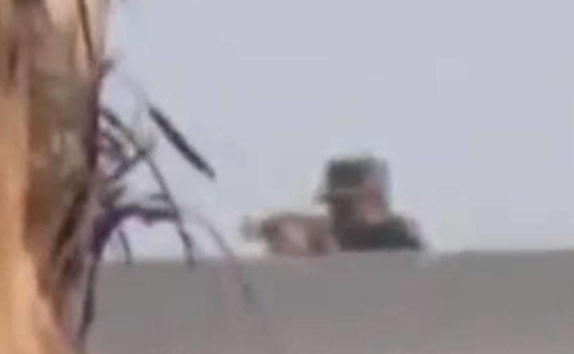 Kadr z filmu, na którym widać jak żołnierz strzela do tłumu /YouTube