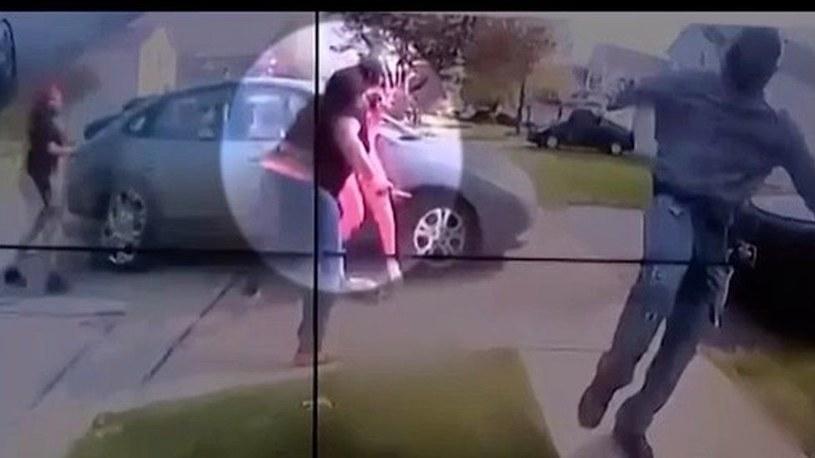 Kadr z filmu nagranego podczas interwencji policji, w której doszło do śmiertelnego w skutkach postrzelenia Makayi Bryant /Twitter.com /twitter