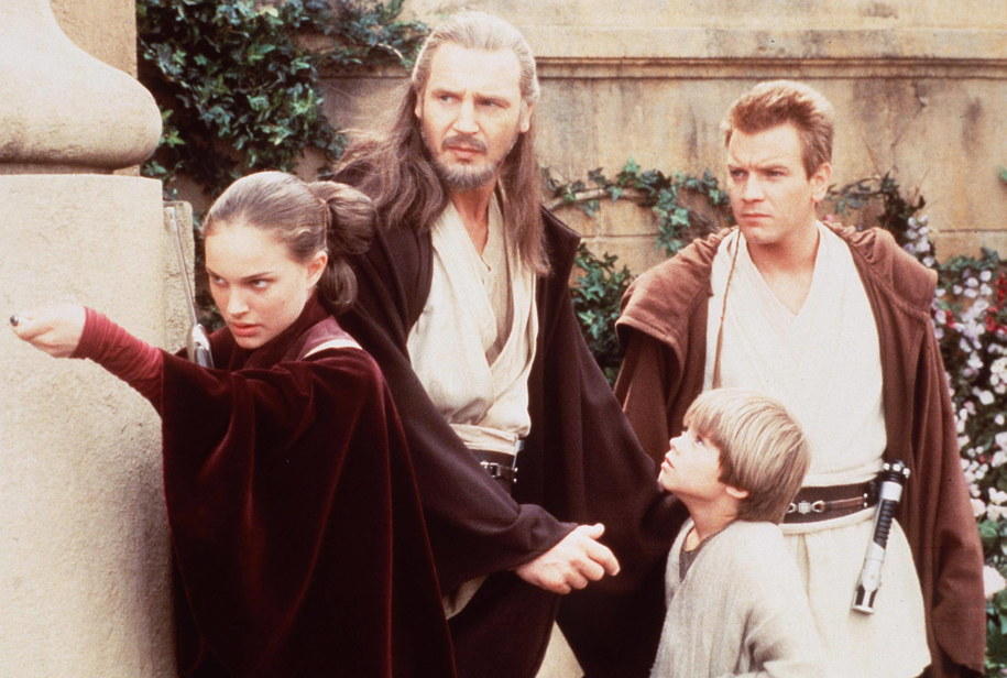 "Kadr z filmu: Natalie Portman; Liam Neeson; Jake Lloyd as ""Anakin Skywalker"" and EWAN McGregor /Starstock/Photoshot /PAP"