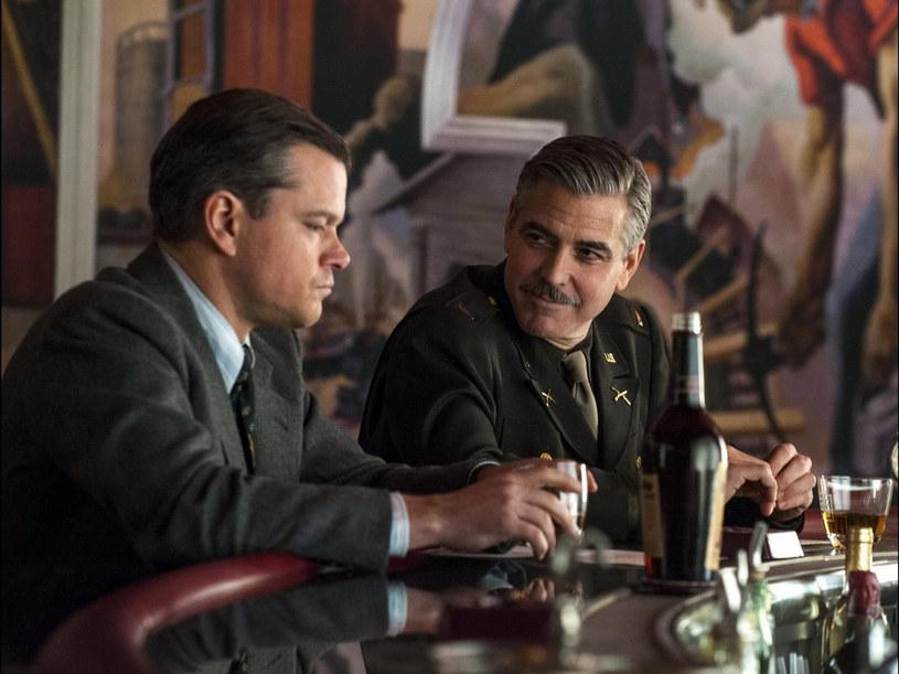 "Kadr z filmu ""Obrońcy skarbów"". Na zdjęciu Matt Damon i George Clooney /FaceToFace /East News"