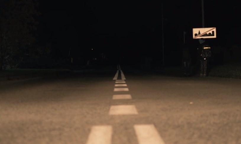 Kadr z filmu. Poboczem idzie dwoje (!) dzieci /
