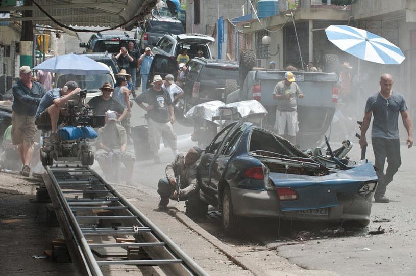"""Kadr z filmu """"Szybcy i wściekli 5"""" - tak kręcili sceny w Brazylii /materiały prasowe"""