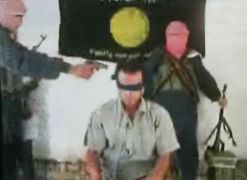Kadr z filmu umieszczonego przez grupę powiązaną z Al-Kaidą w sieci w 2004 roku, zdj. ilustracyjne /AFP /East News