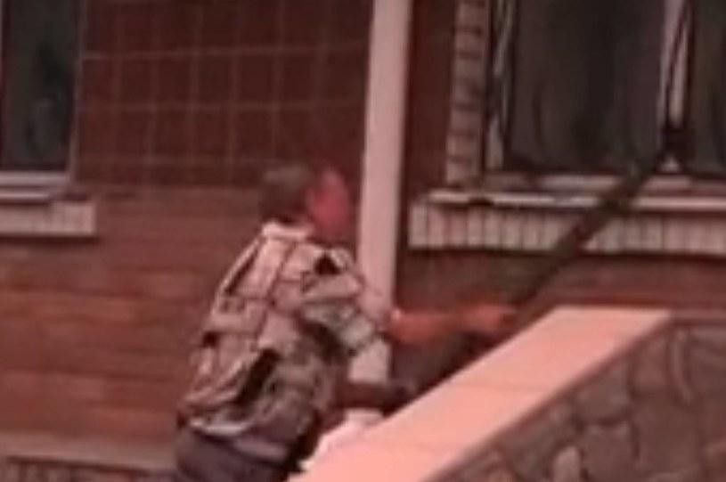 Kadr z filmu zamieszczonego w YouTube. Tłum zaatakował posterunek milicji /YouTube