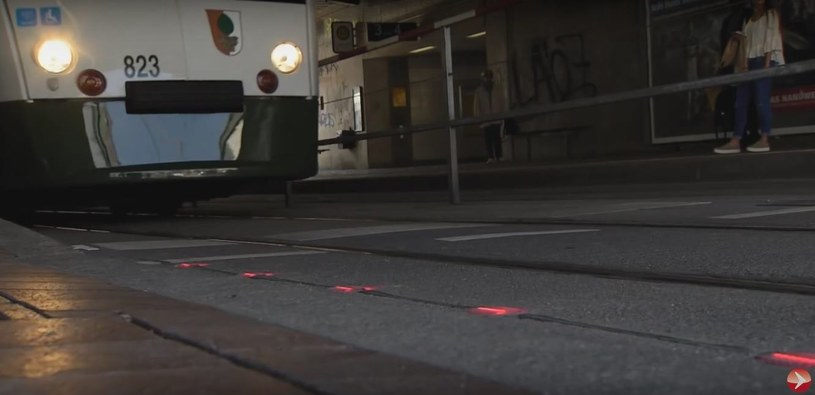 """Kadr z materiału o nowym przejściu dla pieszych (serwis YouTube, film pt. Boden-Ampeln für mehr Sicherheit"""") /YouTube"""