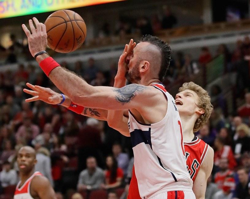 Kadr z meczu Washington Wizards - Chicago Bulls. Marcin Gortat w walce o piłkę /AFP