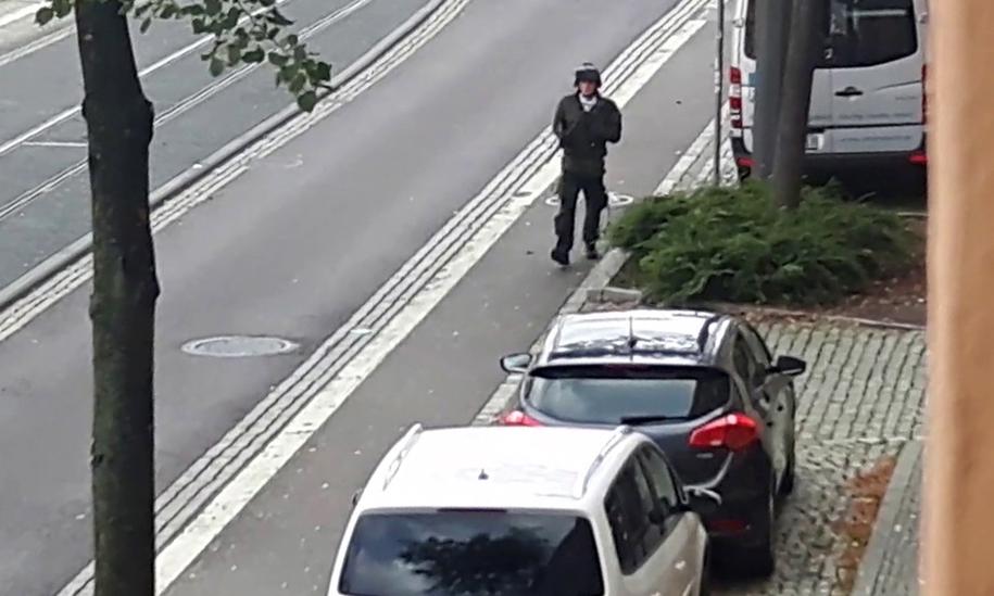 Kadr z nagrania miejskiego monitoringu, na którym zarejestrowano strzelającego Stephana Ballieta /ANDREAS SPLETT /PAP/EPA