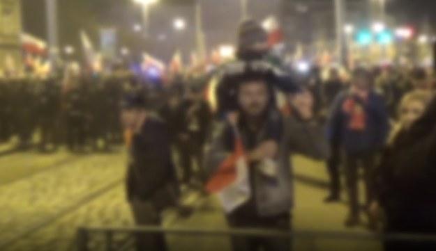 Kadr z nagrania udostępnionego przez policję, które pokazuje mężczyznę z 4-letnim synem /policja.pl /