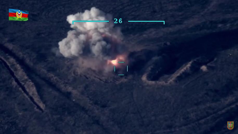 Kadr z nagrania wideo opbulikowanego przez resort obrony Azerbejdżanu: według tego źródła, na nagraniu uchwycono moment zniszczenia czołgu należącego do sił zbrojnych Armenii /AZERBAIJAN DEFENSE MINISTRY HANDOUT /PAP/EPA