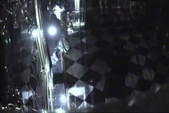 Kadr z nagrania z monitoringu pokazującego kradzież /POLICE HANDOUT    /PAP/EPA