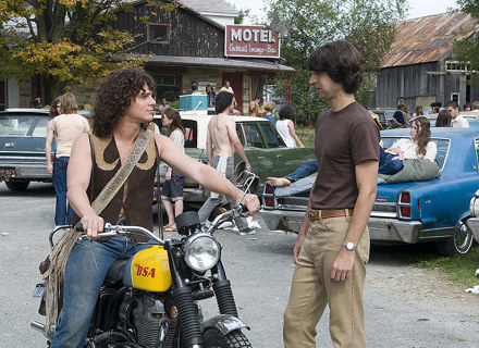 """Kadr z nowego filmu Anga Lee """"Taking Woodstock"""" /materiały dystrybutora"""