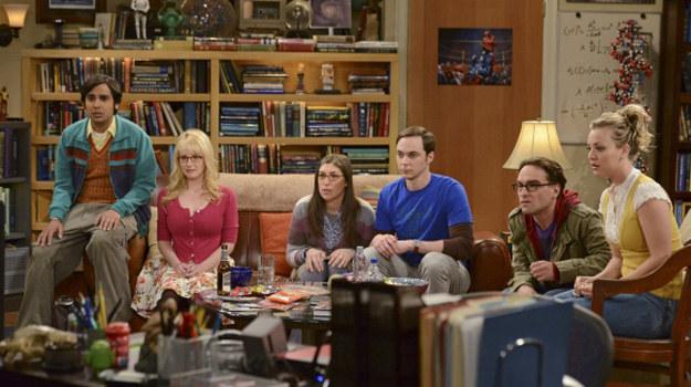 """Kadr z ostatniego odcinka piątego sezonu serialu """"Teoria wielkiego podrywu"""" /Michael Yarish/CBS /materiały prasowe"""