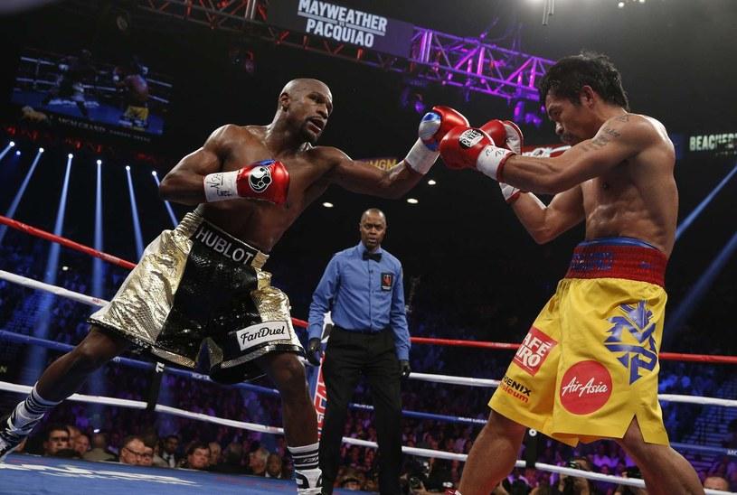 Kadr z pierwszej walki Floyd Mayweather (z lewej) kontra Manny Pacquiao /AFP